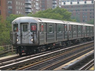 Tren de la línea 1 entrando en la estación de la calle 125 (por Daniel Schwen)
